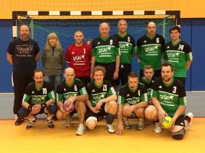 """Die 2. Männermannschaft des SV Stockhausen mit der Geschäftsführerin des Sponsors """"www.gruen-lackiert.de"""""""